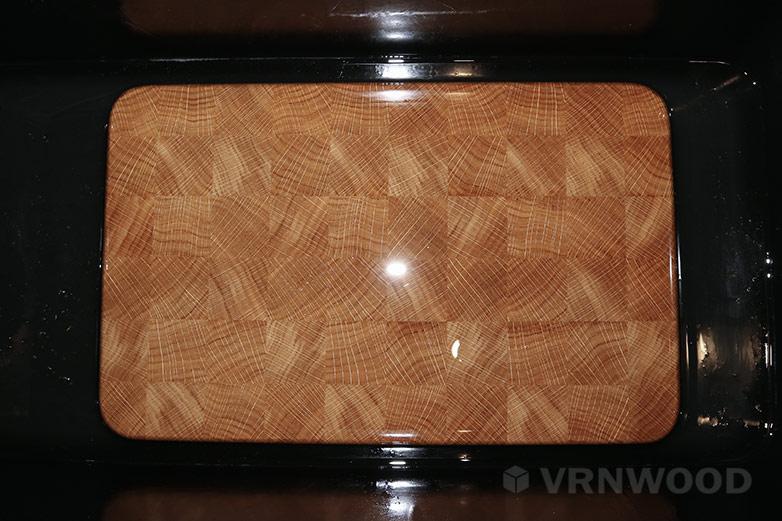 Изготовление торцевой разделочной доски: доска, полностью погруженная в минеральное масло