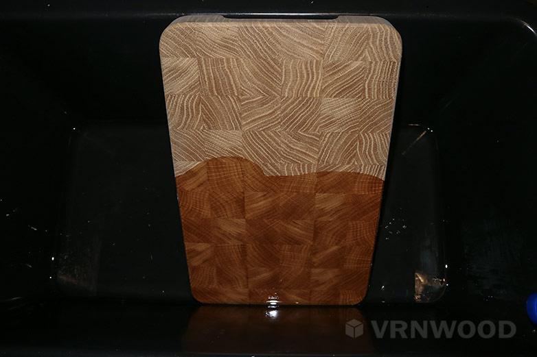 Обработка торцевой разделочной доски минеральным маслом