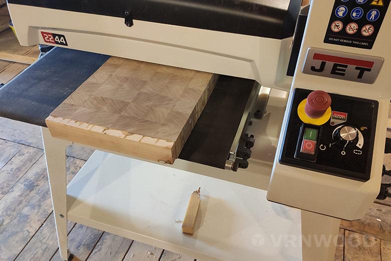 Изготовление торцевой разделочной доски: шлифовка доски на барабанно-шлифовальном станке